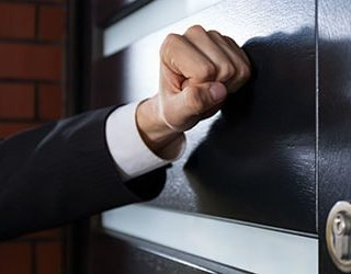 Ломятся в дверь