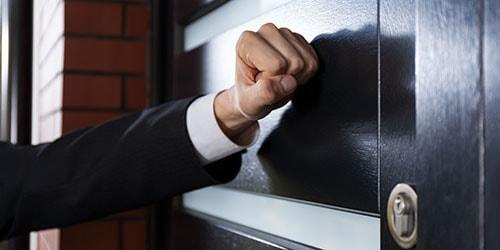 стучать в дверь