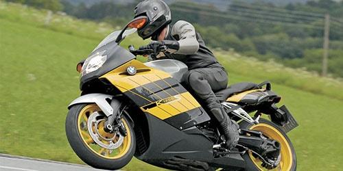 мчаться на мотоцикле