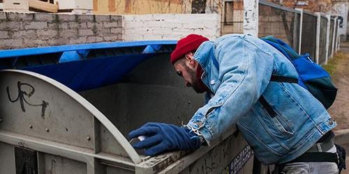 рыться в мусорном баке