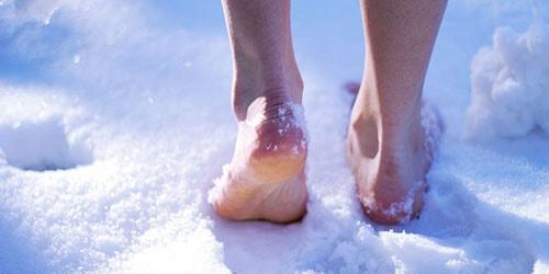 идти босиком по снегу