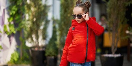 девочка в красной куртке