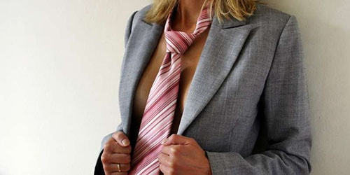 женщина в мужском пиджаке