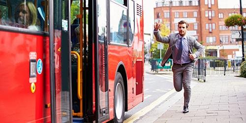 опаздывать на автобус