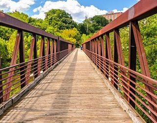 Переходить мост