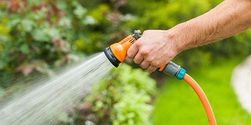 поливать огород