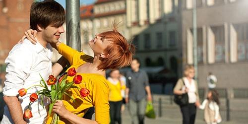 сонник знакомый мужчина обнимает и целует