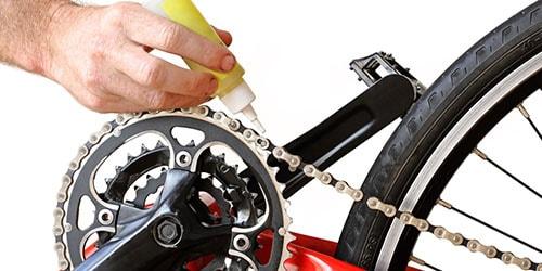 чинить велосипед