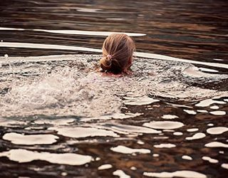 Купаться в грязной воде