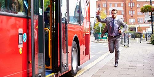 опоздать на автобус