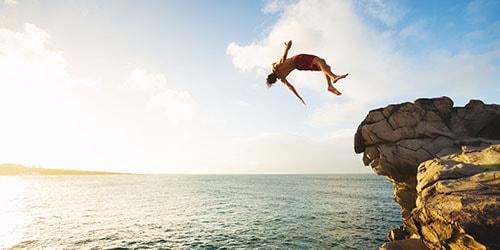 прыжок со скалы в воду