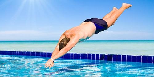 нырять в бассейн