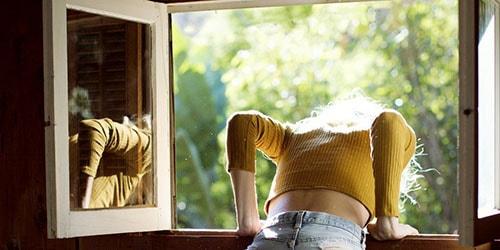 вывалиться в окно