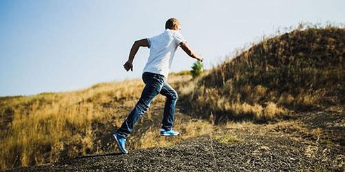 бежать в гору