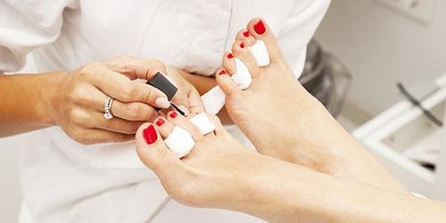 красить ногти на ногах