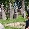 девушка у могилы