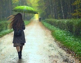 Идти под дождем