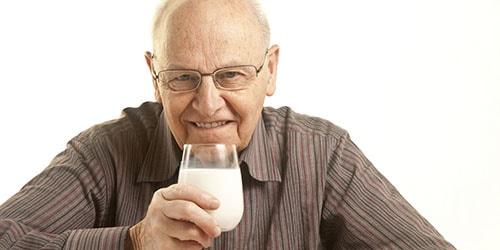 пить молоко