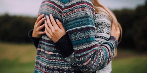обнимать девушку