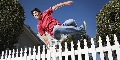 прыжок через забор