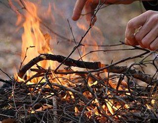 Разжигать костер