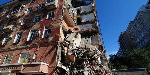Человек интуитивно понимает, что приснившийся разрушенный дом не к добру и стоит подготовиться к плохим переменам в жизни.