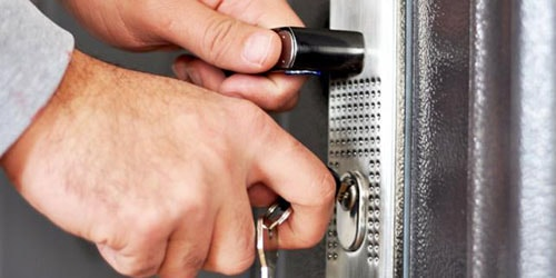 открывать дверь ключом