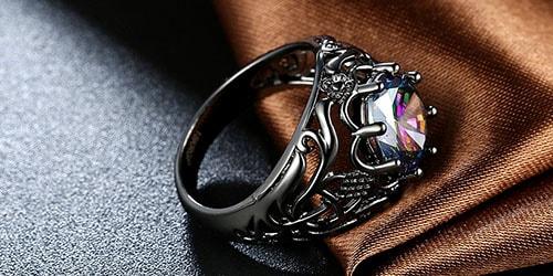 почерневшее кольцо с камнем