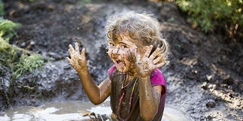 девочка в грязи
