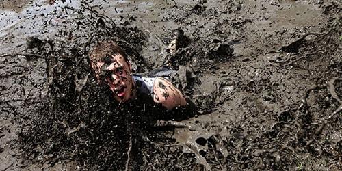 человек в грязи
