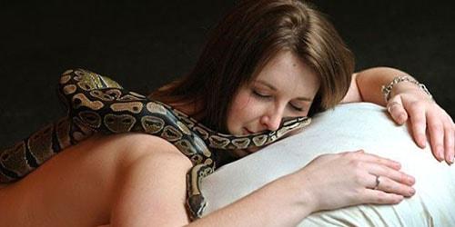 рептилии и девушка