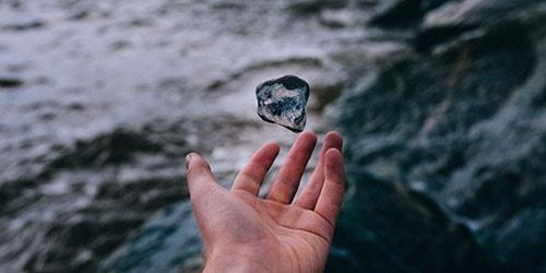 бросать камни