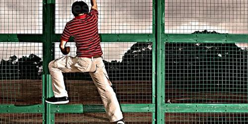 перелезть через забор