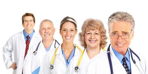 врачи в белых халатах