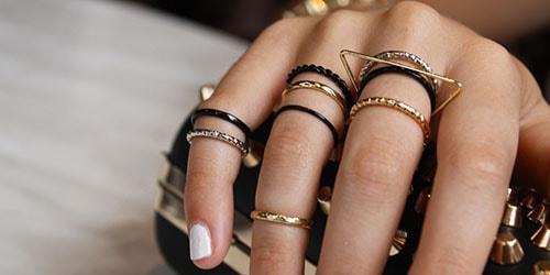 много колец на пальцах