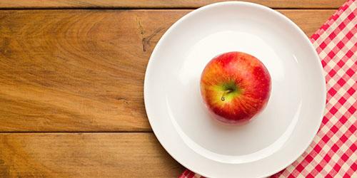 яблоко на тарелке