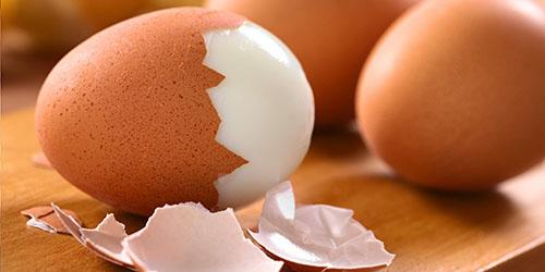 чистить яйца