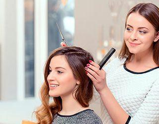 Стричь волосы в парикмахерской