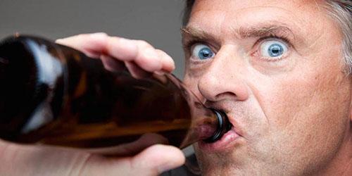 мужчина с бутылкой