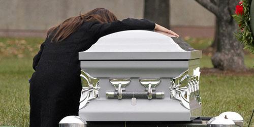 вдова у гроба