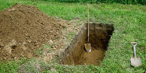 свежевырытая яма