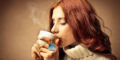 девушка с чашкой чая