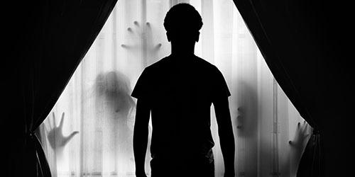 человек в темноте