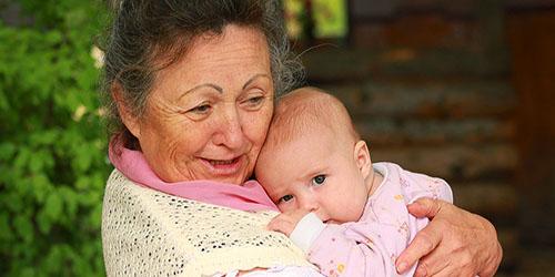 пожилая женщина с ребенком