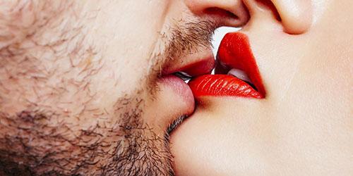 красная помада на губах