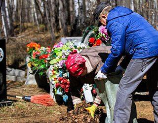 Убирать могилу на кладбище
