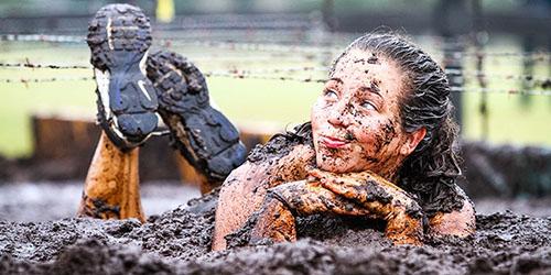 девушка в грязи