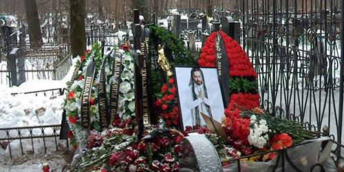 Могила умершего человека но живущего в сердцах многих людей