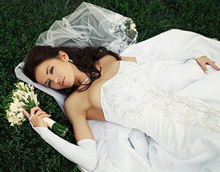Девушка, женщина или знакомая в свадебном платье